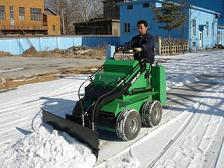小型滑移除雪机
