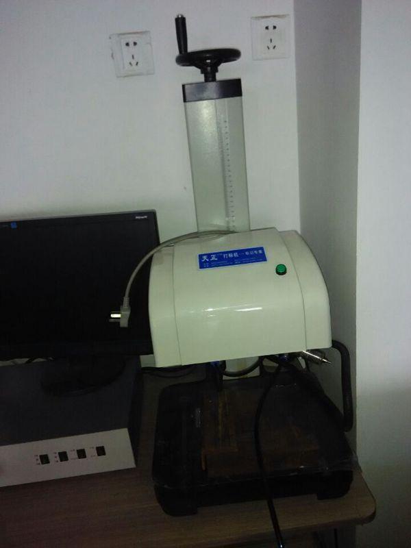 洛阳激光喷码机CO2激光喷码机油壶油桶打码机打号机
